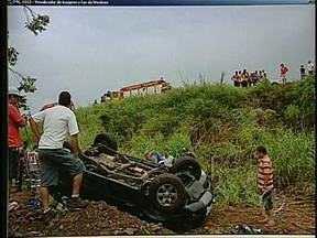 Carro capota na BR 369 na região de Cornélio Procópio - A motorista do utilitário esportivo teve que ser retirada do veículo por socorristas.