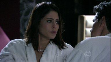 Silvia diz para Guto que está gostando cada vez mais de sair com ele - Eles reclamam da rotina do casamento
