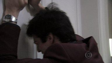 Félix sofre com o desprezo de Pilar - Ela diz que não tem condições de conversar com ele e chama o filho de monstro