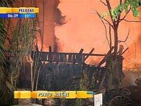 Incêndio destrói galpão e danifica carro na Zona Sul de Porto Alegre - Ninguém ficou ferido.