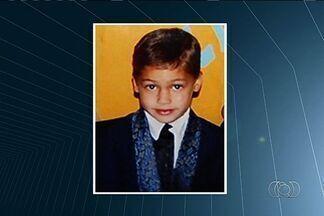 Menino baleado enquanto brincava morre em hospital de Santa Helena de Goiás - Morre em Santa Helena o garoto de dez anos que foi baleado quando brincava na rua. Ele ficou vinte e seis dias internado. A suspeita da polícia é que o menino tenha sido baleado por traficantes.