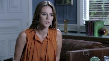 Paloma pede para eleição ser antecipada no hospital - Antes, ela deixa Paulinha na escola com Bruno. Amarilys pede para o corretor passar na casa dela antes do horário combinado
