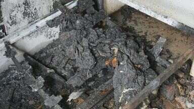 Adolescente põe fogo e casa fica parcialmente destruída em Varginha - Adolescente põe fogo e casa fica parcialmente destruída em Varginha