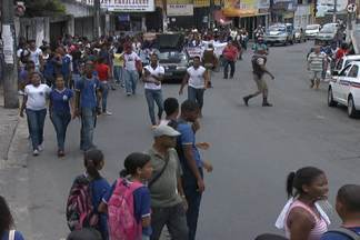 Alunos, funcionários e professores de escola estadual fazem protesto nesta sexta - Eles querem o retorno de uma funcionária, que foi transferida para outra escola.