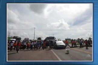 Manifestantes fecham a BR-101 na altura de Entre Rios - Estudantes protestam contra o fechamento de escolas e o remanejamento de professores e alunos para outras unidades municipais de ensino da cidade.