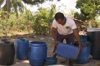 Moradores de Massarandupió sofrem para conseguir água limpa - Algumas pessoas precisam caminhar diariamente 40 minutos em uma estrada de barro, para conseguir água.