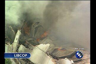 Fogo destrói supermercado na região metropolitana de Belém - Incêndio iniciou por volta de 1h desta sexta, 22, e durou mais de 8 horas. Segundo o Corpo de Bombeiros, houve perda total do prédio.