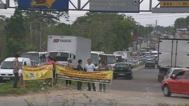Protesto fecha importante via do Polo Industrial de Manaus e provoca congestionamento - Ato quer solução para problemas em diferentes ruas.