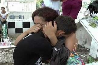 Emoção e revolta marcam enterro de mãe e filho assassinados, em Santa Inês - Crimes foram cometidos por um homem inconformado após o fim do relacionamento com uma adolescente de 17 anos, parente das vítimas.