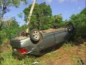 Carro capota na avenida Beira Rio, em Foz do Iguaçu - O motorista e uma mulher grávida de oito meses estavam no veiculo.