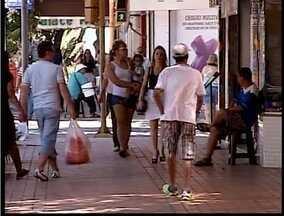 Brasileiros devem utlilizar o 13° salário para pagar contas - Pesquisa foi feita com consumidores de todas as classes sociais.