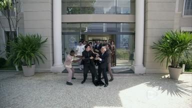 César dá uma surra de cinto em Félix - A cena acontece na frente do hospital. Pilar dá lição de moral nos dois. Depois da briga, o conselho se encontra em dúvida do que fazer com a presidência