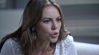 Paloma discute com César - Ela conta que o ex e Aline têm um caso e chama a esposa do pai de pistoleira. César fica ofendido
