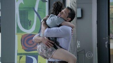 Bruno visita Paulinha - Paloma fica abalada com a presença do ex