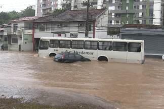 Chuva da última quinta deixa vários pontos de alagamento em Salvador - À tarde a situação era tão complicada, que a prefeitura divulgou um comunicado pedindo às pessoas que evitassem sair de casa ou do trabalho.