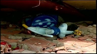 Criança morre em deslizamento de terra no estado do Rio de Janeiro - A criança tinha apenas seis a nos de idade e foi soterrada em um deslizamento de terra. A chuva atingiu cerca de 30 casas. Previsão alerta para chuva no Rio de Janeiro e em Minas Gerais.