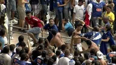 Briga de torcidas organizadas do Cruzeiro faz PM cancelar festa do título - Torcedores brigaram entre si em um setor da arquibancada. Do lado de fora, haveria uma festa para comemorar o título. Segundo a PM, integrantes de duas torcidas organizadas do time se enfrentaram.