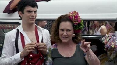 Márcia consegue defender Félix - Os clientes da ex-chacrete se revoltam ao perceberem que estão sendo enganados pelo vilão