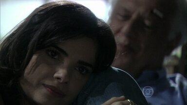 Aline finge se preocupar com César - O médico começa a sentir os efeitos da intoxicação provocada pela esposa. Aline implica com Fátima e planeja dispensar a empregada