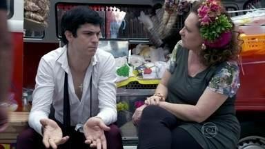 Félix reclama do trabalho com Márcia - A ex-chacrete obriga o vilão a comer hot dogs
