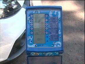 Parquímetros entram em funcionamento no trânsito do centro - Motorista insere moedas para pagar o Estar, sem a necessidade de procurar algum agente de trânsito.