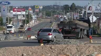 Obras de mobilidade paradas prejudicam moradores e motoristas - Moradores do Bairro Alto sofrem com a poeira