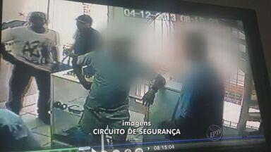 Criminosos roubam mercadorias de loja de roupas no Centro de Campinas - O comerciante teve um grande prejuízo depois que bandidos invadiram a loja de roupas na Avenida Francisco Glicério, no Centro de Campinas. Os assaltantes levaram praticamente todas as mercadorias.