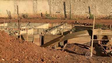 Construção de posto de saúde vira problema para moradores do bairro Vera Cruz - A obra seria concluída ainda este ano, mas está abandonada. Local está cheio de entulho e muita sujeira. Moradores alegam que o terreno virou foco do mosquito da dengue.