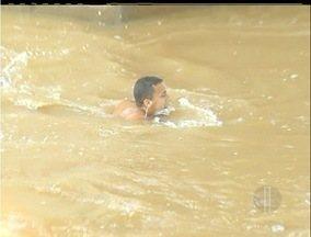 Imagens mostram banhistas se arriscando no Rio Paraíba do Sul, no RJ - Cinegrafista da Inter TV flagra pessoas se arriscando ao nadar no Rio Paraiba do Sul, que passa por grande cheia.