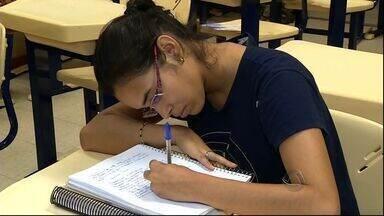 14 mil pessoas devem fazer vestibular para UFGD - Estudantes aproveitam os últimos momentos antes da prova para se preparar