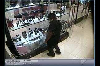 Imagens flagram furto de câmera de dentro de shopping, em Belém - Homem furtou o equipamento avaliado em R$ 2 mil.