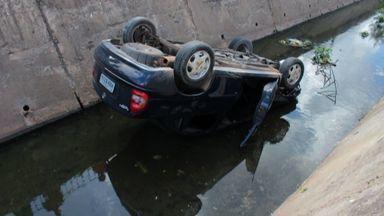 Animais provocam acidente de trânsito na Av. Aguanambi - O motorista tentou desviar de dois jumentos e foi trancado por outro carro.