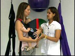 """Quadro 'Pais de primeira viagem' fala sobre cuidados na hora de carregar o bebê - Nesta edição pediatra deu dicas de como usar a """"bolsa canguru"""". Pais contam suas experiências e compartilham ideias para conforto do bebê."""