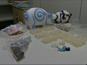 Homem é preso com cocaína escondida no colchão em Marília - Um homem suspeito de vender cocaína na zona sul de Marília (SP) foi preso na manhã desta quinta-feira (5). De acordo com informações da polícia, foram encontrados na casa dele, no bairro Tofoli, 500 pinos de cocaína.