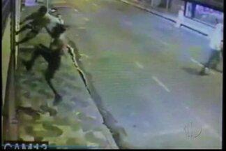 Polícia se reúne com empresários de Suzano para discutir prevenção à violência - Os comerciantes locais dizem que os atos de vandalismo têm ocorrido frequentemente às quarta-feiras. Uma câmera de segurança gravou uma ação dos vândalos.
