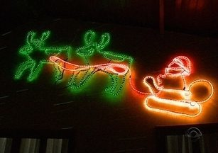 Cuidados especiais são necessários nas instalações de luzes natalinas decorativas - Cuidados especiais são necessários nas instalações de luzes natalinas decorativas ; instalações mal feitas podem causar incêndios e prejuízos