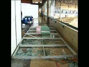 Três pessoas ficam feridas depois de serem atingidas por estilhaços de vidro - Foi durante a chuva de hoje à tarde em Guarapuava.