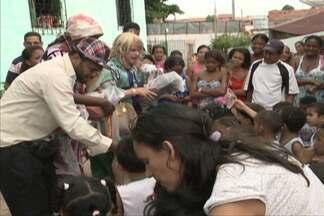 Crianças de creches da capital recebem presentes doados por atores maranhenses - Os presentes foram entregues pelo elenco da peça Pão com Ovo.
