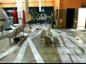 Agência bancária fica destruída após explosão de caixas em Fronteira, MG - Explosões ocorreram no Terminal Rodoviário central nesta madrugada (5). PM não localizou suspeitos e empresas não divulgaram valor roubado.