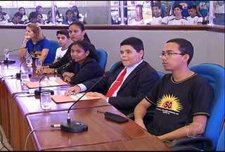 Sessão encerra atividades de vereadores mirins em 2013 - O projeto da escola Frei Ambrósio motiva o interesse dos alunos pelas causas sociais e a vida política.