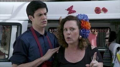 Márcia briga com Edith para defender Félix - O vilão se faz de vítima para os investigadores