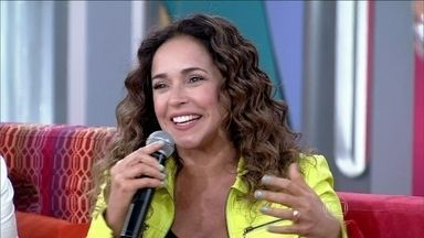 Daniela Mercury conta que filha sempre quer alisar o cabelo: 'Ela vê um padrão' - Cantora argumenta dizendo que existe um modelo de beleza padrão no país