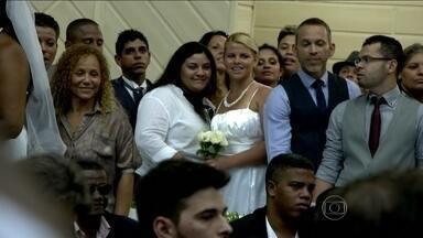 Homossexuais comemoram o direito de se casar por todo o país - Em todo o território nacional, gays estão se unindo com companheiros