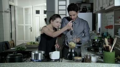 Rafael ajuda Linda a cozinhar - A garota se assusta com o barulho do liquidificador
