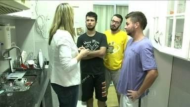 Daniel, Afonso e Lincoln abrem as portas de casa - Eles destacam a liberdade como principal vantagem de morar sozinho