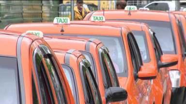Taxistas fazem cadastramento para as novas licenças em Curitiba - Mais de 1,3 mil motoristas já foram até a Urbs para tentar garantir uma das 750 novas placas que vão rodar na cidade.