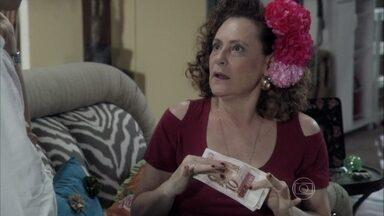 Márcia diz para Félix que eles faturaram o dobro - Ela diz que foi pelo sucesso de Félix e que ele tem que usar a flor no cabelo de novo. Denizard implica com Félix