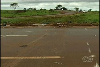 Acidente com ônibus de transporte de funcionários deixa dois mortos em Itumbiara - No total, pelo menos 16 pessoas ficaram feridas e duas morreram. O acidente aconteceu durante a madrugada desta sexta-feira (13).
