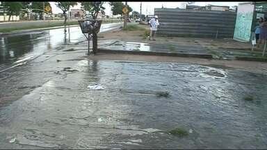 Moradores reclamam de vazamento de esgoto em Ceilândia - As pessoas não conseguem passar pela calçada e ficam incomodadas com o mau cheiro. A Caesb informou que os problemas já foram solucionados.