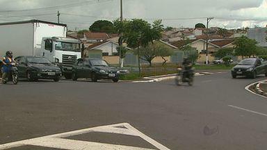 Moradores reclamam de cruzamentos perigosos em Franca, SP - Motoristas e pedestres cobram instalação de faixas de trânsito e semáforos.